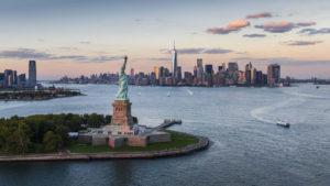 El avión solar llegó a Nueva York sobrevoló la Estatua de la Libertad
