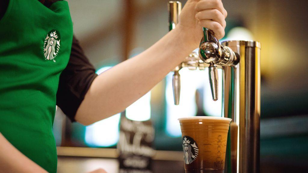 Starbucks ahora sirve café helado, como si fuera cerveza