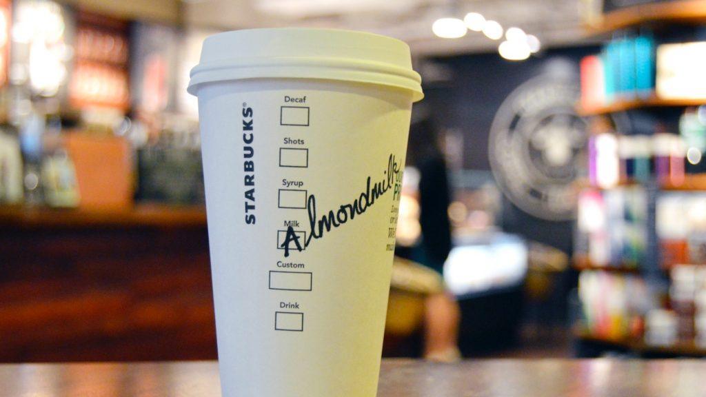 Starbucks lanza café con leche de almendras