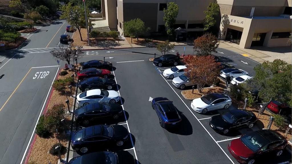 Tesla muestra como su auto lleva a un pasajero, lo deja y estaciona solo