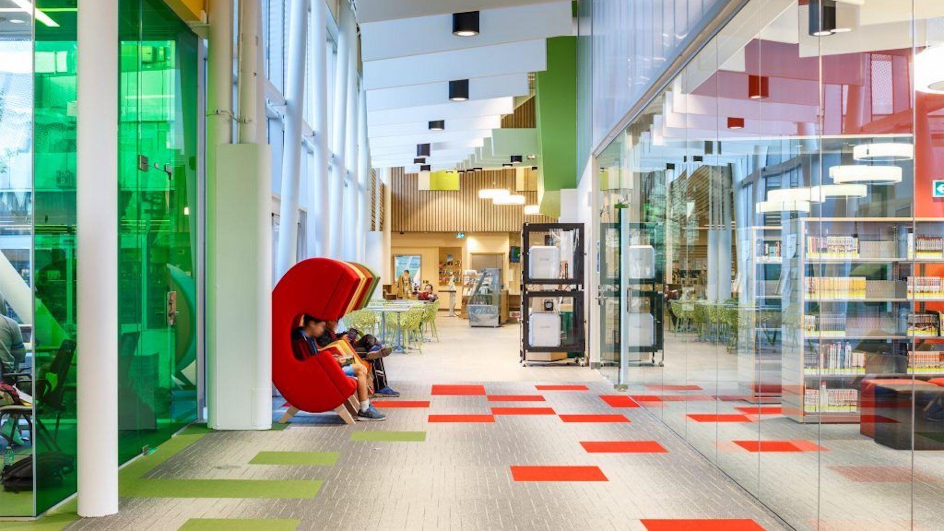 La nueva biblioteca pública de Toronto sorprende por su diseño, colores, espacios llenos de luz y tecnología