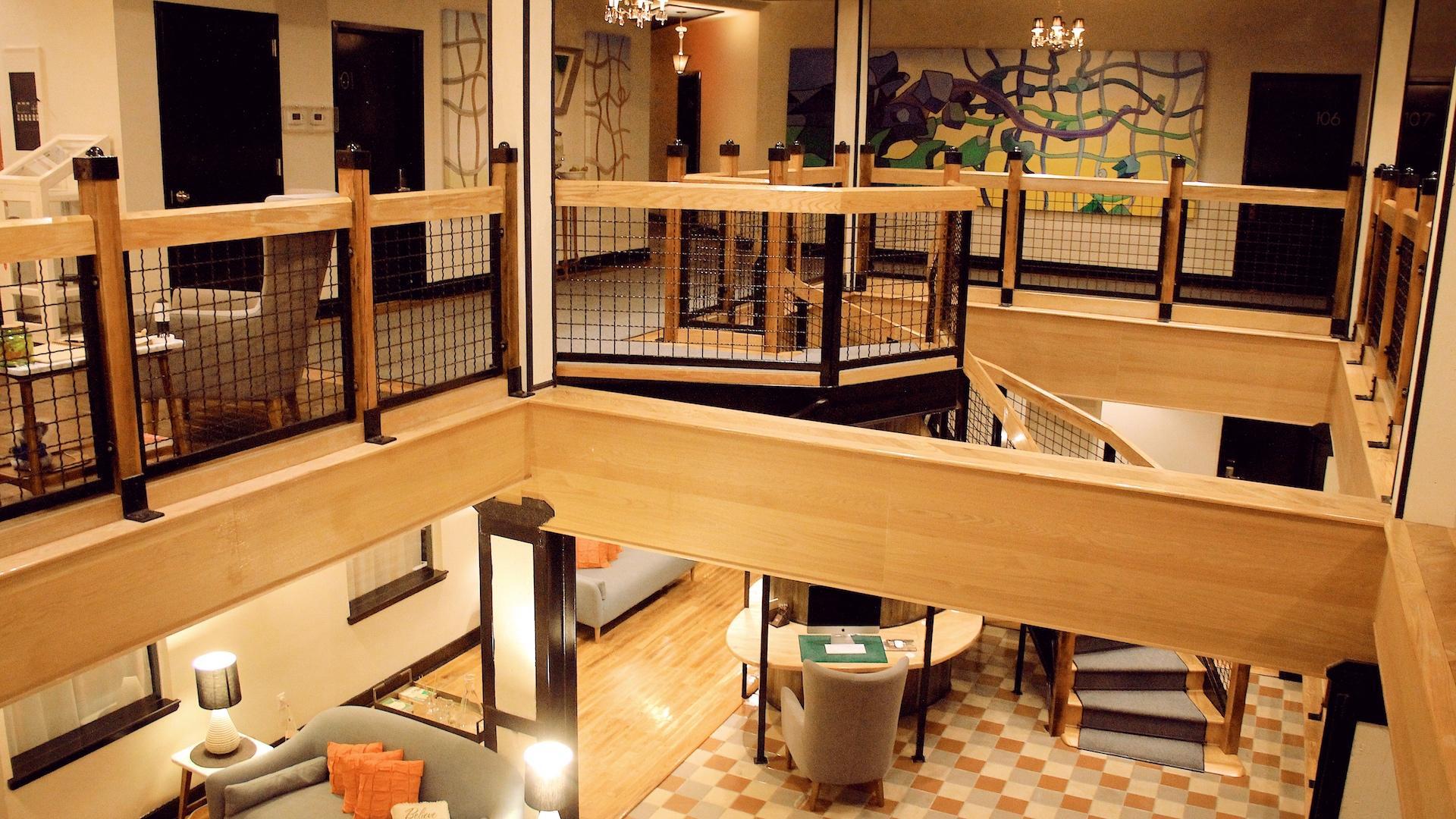 en los niveles dos y tres tenemos acceso a unos balcones de uso general y en el subsuelo encontramos una sala de lectura y estar y un pequeo gimnasio