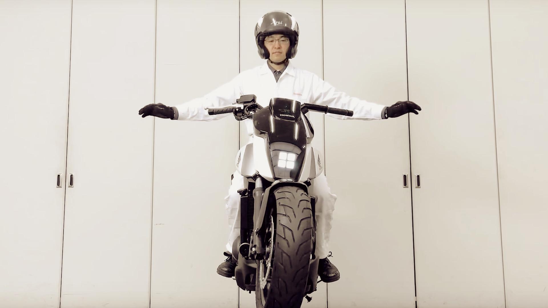 [Video] Honda lanzó una moto que se sostiene por sí misma