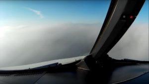 Cómo se ve un aterrizaje con niebla desde la cabina del piloto