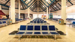 Un aeropuerto permite a los acompañantes ingresar hasta la puerta del avión sin pase de abordar