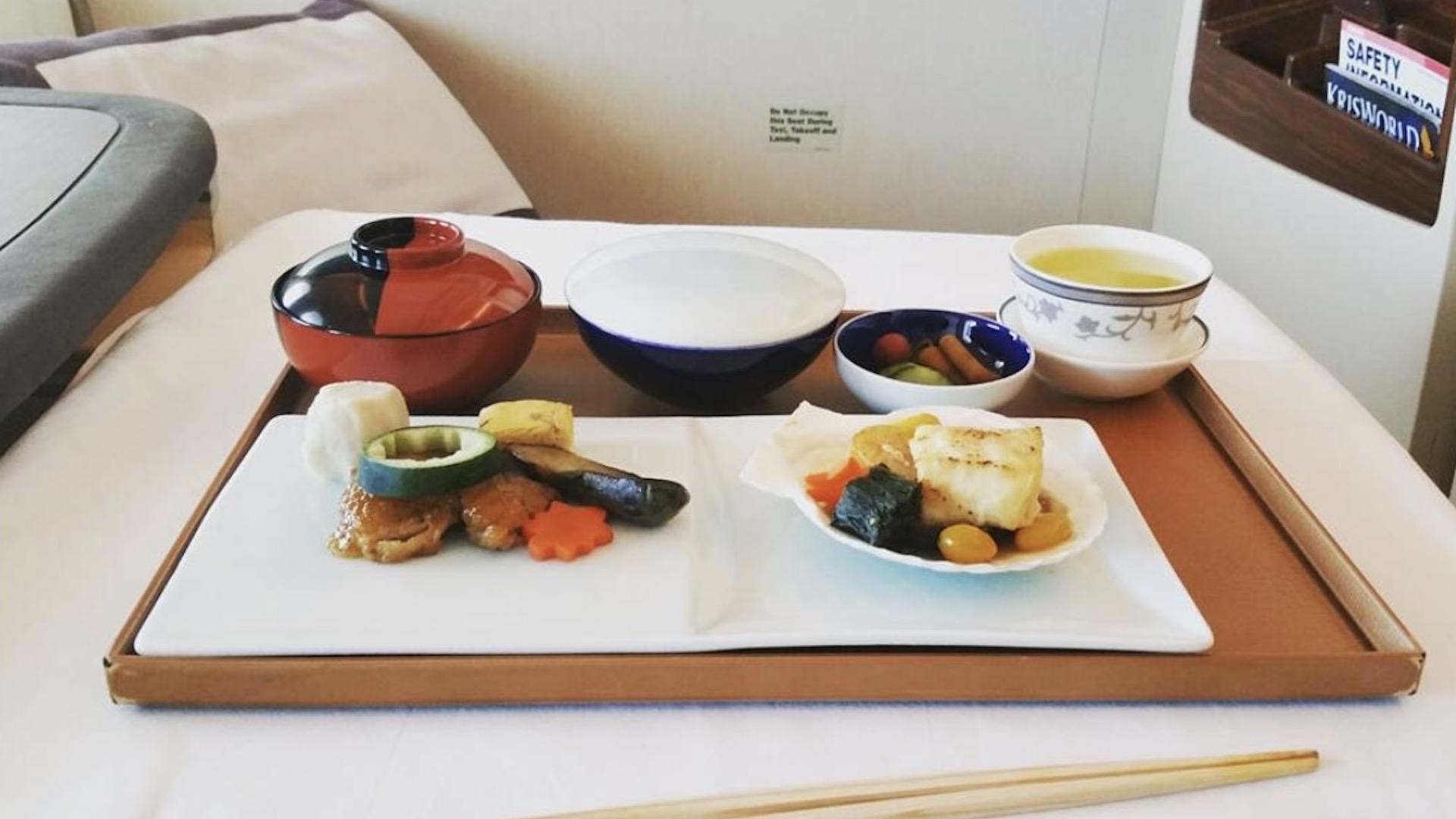 ¿Cuáles aerolíneas ofrecen la mejor comida a bordo de los aviones?