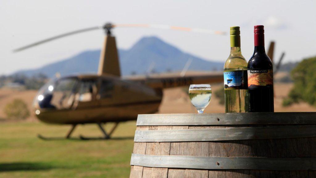 Visitar los mejores pubs de Australia en helicóptero es la nueva atracción