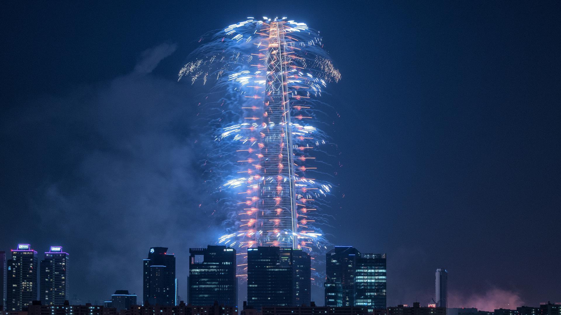 [Video] Inauguró la quinta torre más alta del mundo con un espectacular show