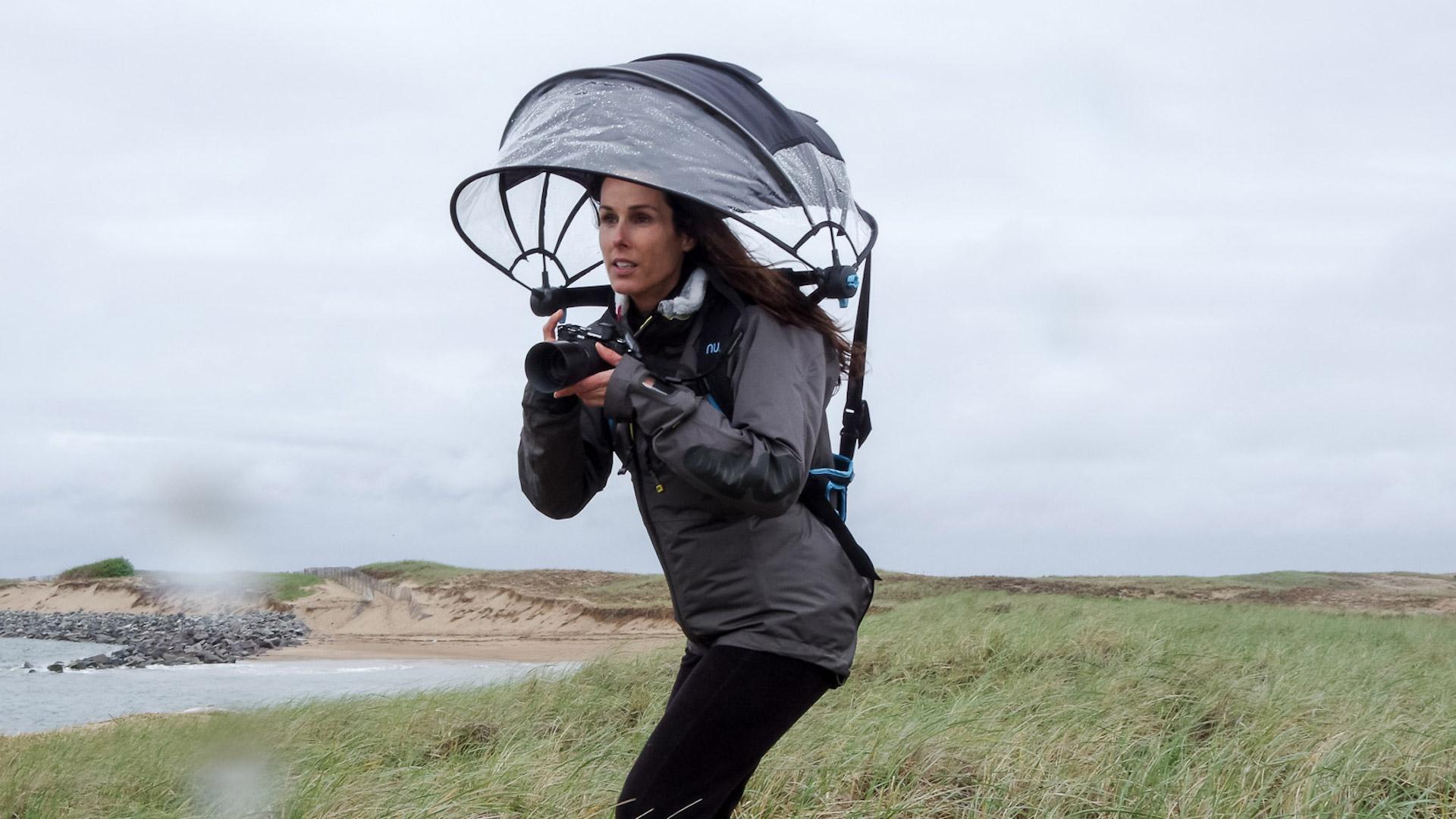 """[Video] Nubrella: este es el paraguas """"manos libres"""""""