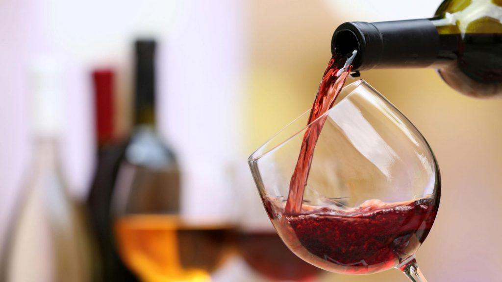 Los viajeros Business toman 300% más vino de lo previsto, y hay problemas de stock