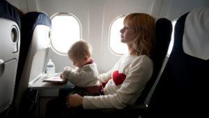 Una línea aérea comenzará a cobrar un extra para llevar bebés en el avión