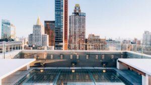 El nuevo bar en Nueva York con piso de vidrio