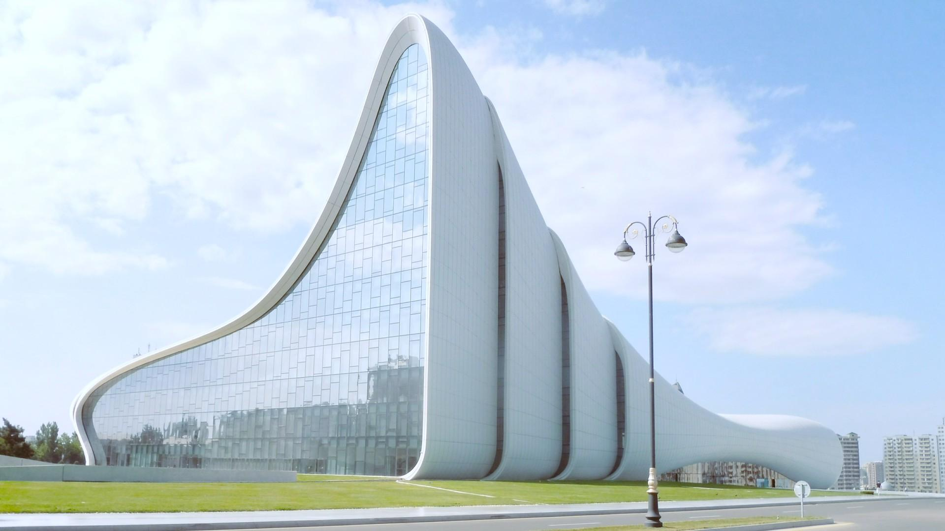 Bakú, la capital de Azerbaiyán, que sorprende por sus construcciones