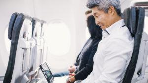 ¿Por qué hay que enderezar los asientos cuando aterriza o despega el avión?