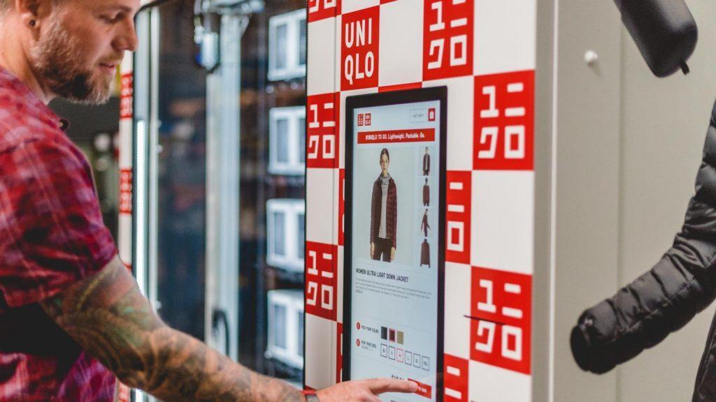 Uniqlo pone máquinas expendedoras de ropa en los aeropuertos