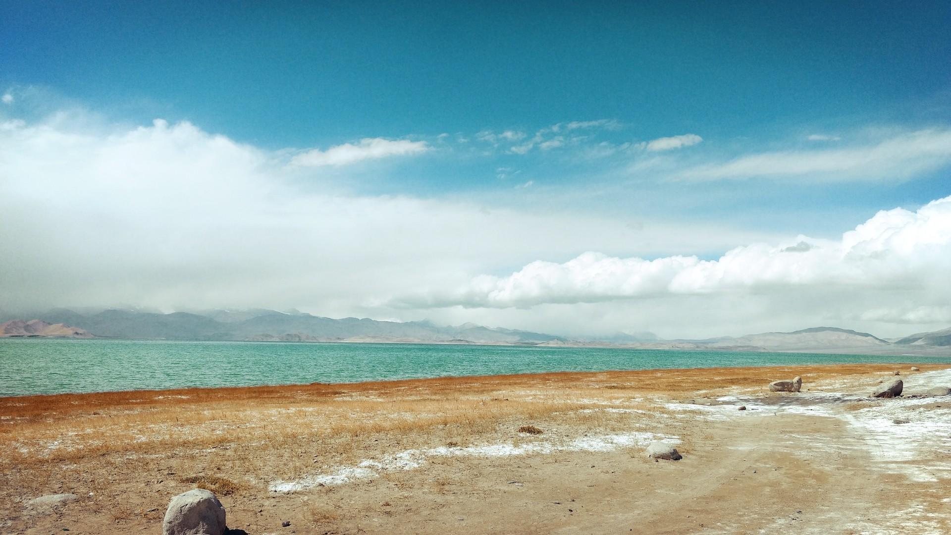 Este es el lago Karakul, sede de la regata más alta del mundo, en Tayikistán