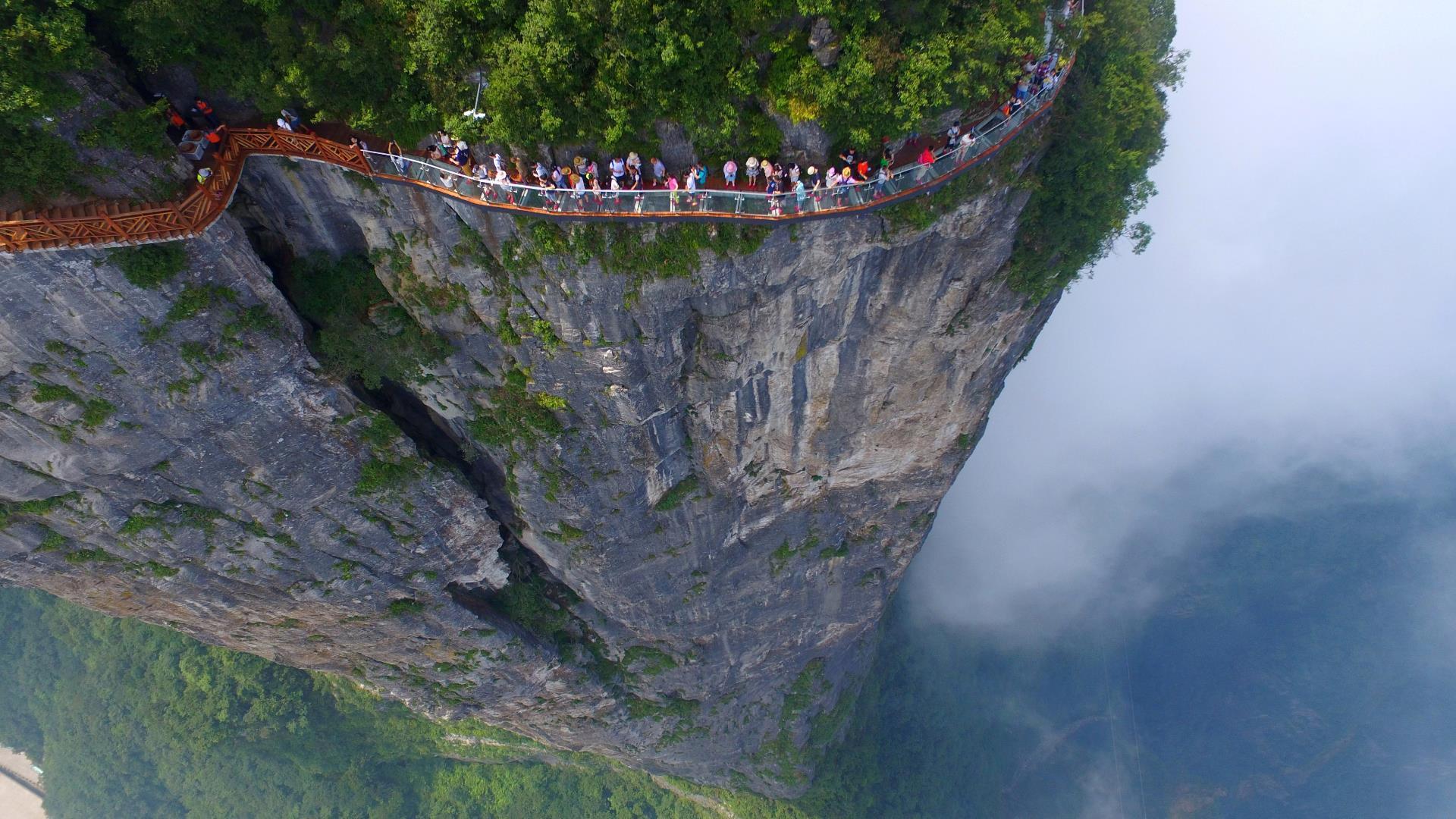 El puente de vidrio en China que se quiebra bajo los pies de los visitantes: video