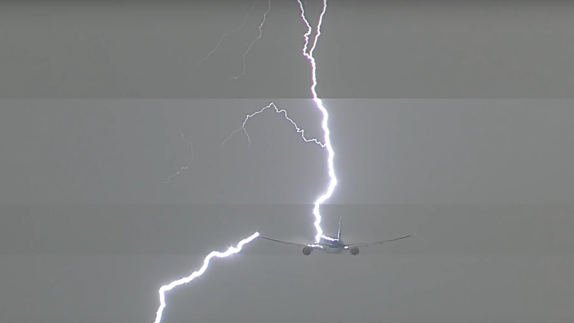 Un video captura cómo un rayo golpea directamente a un avión