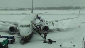Las impactantes imágenes de una tormenta de nieve en un aeropuerto