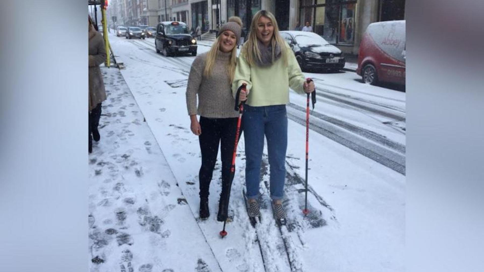 Europa está cubierta de nieve, y personas esquían en las calles de Londres