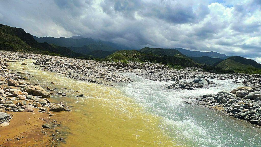 Este es el río de dos colores, un fenómeno único en el noroeste de Argentina