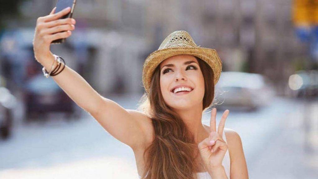¿Por qué quizás no sea tan buena idea sacarse selfies en un viaje?