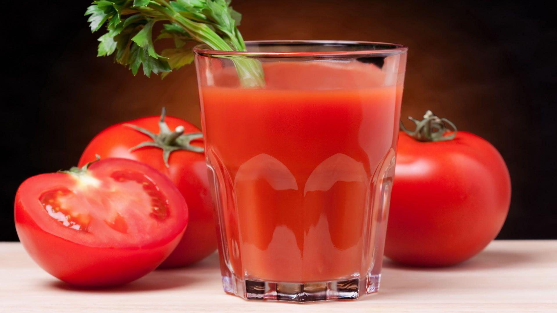 La extraña decisión de una línea aérea de eliminar el jugo de tomate