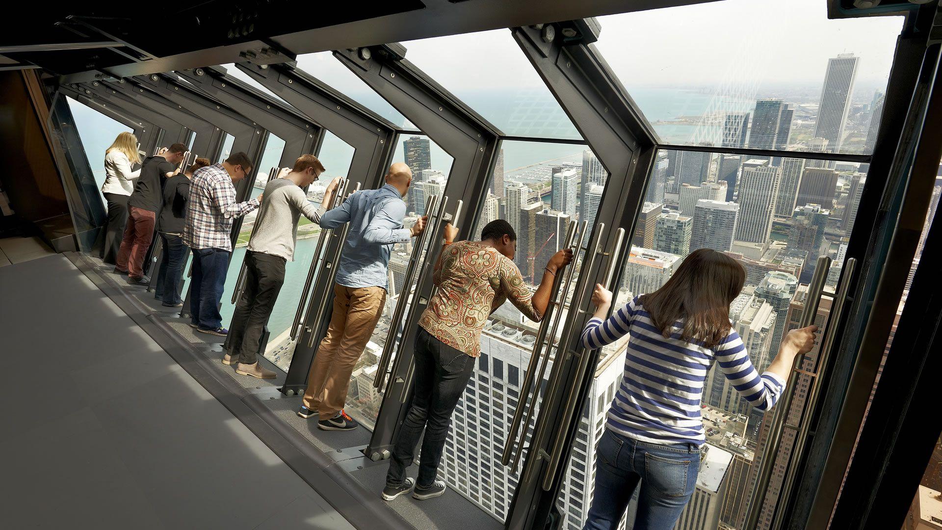 Tilt: la atracción para ver Chicago desde un rascacielos (e inclinado)