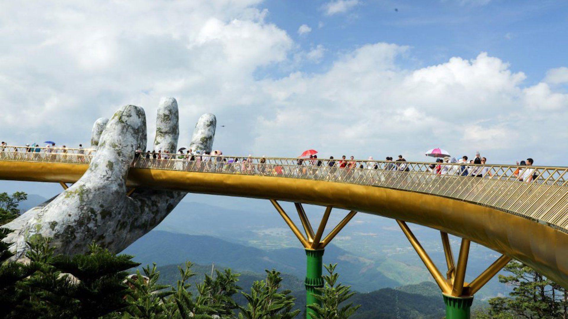 Así es El Puente Dorado en Vietnam, el más famoso de este año