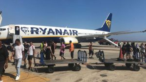 ¿Qué sucede cuando un cargador de teléfono explota en un avión?: video