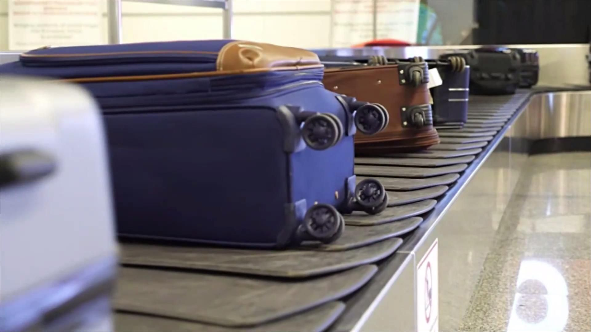 Despachar equipaje en el avión es cada vez más caro