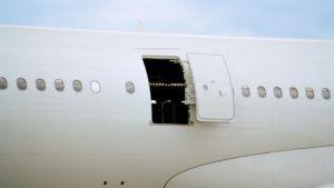 Un pasajero confundió la salida de emergencia con la puerta del baño del avión