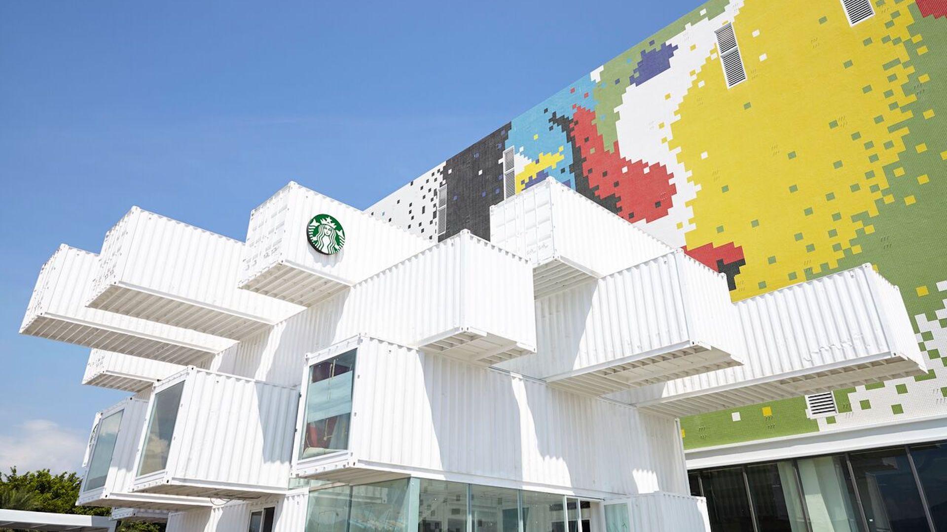 La nueva tienda de Starbucks construida con contenedores de carga: imágenes