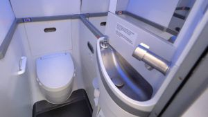 Los baños en los aviones son cada vez más pequeños: imágenes