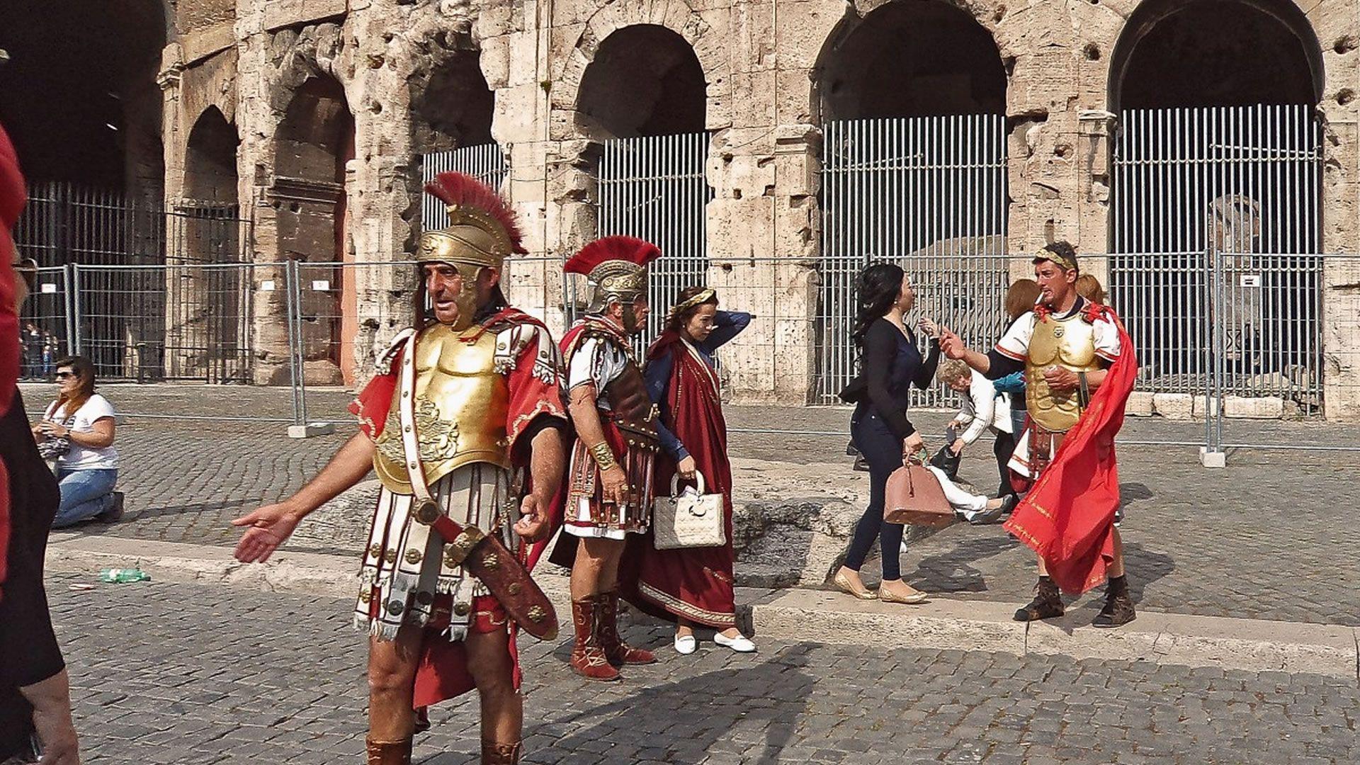 Roma cambia las reglas: no más fotos con gladiadores ni beber en la calle
