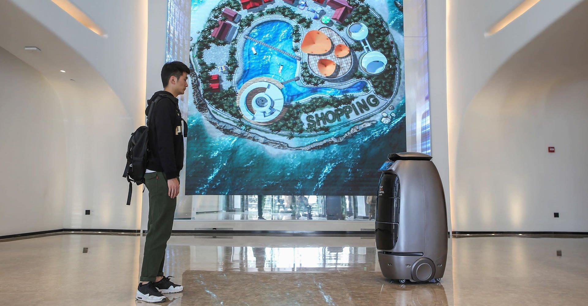 Así es FlyZoo, el hotel del futuro manejado por robots: video