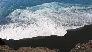 Hawái tiene una nueva playa de arena negra, después de la última erupción del volcán
