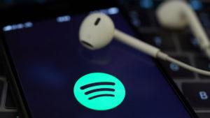 ¿Cómo escuchar música en Spotify y Apple Music en el avión?