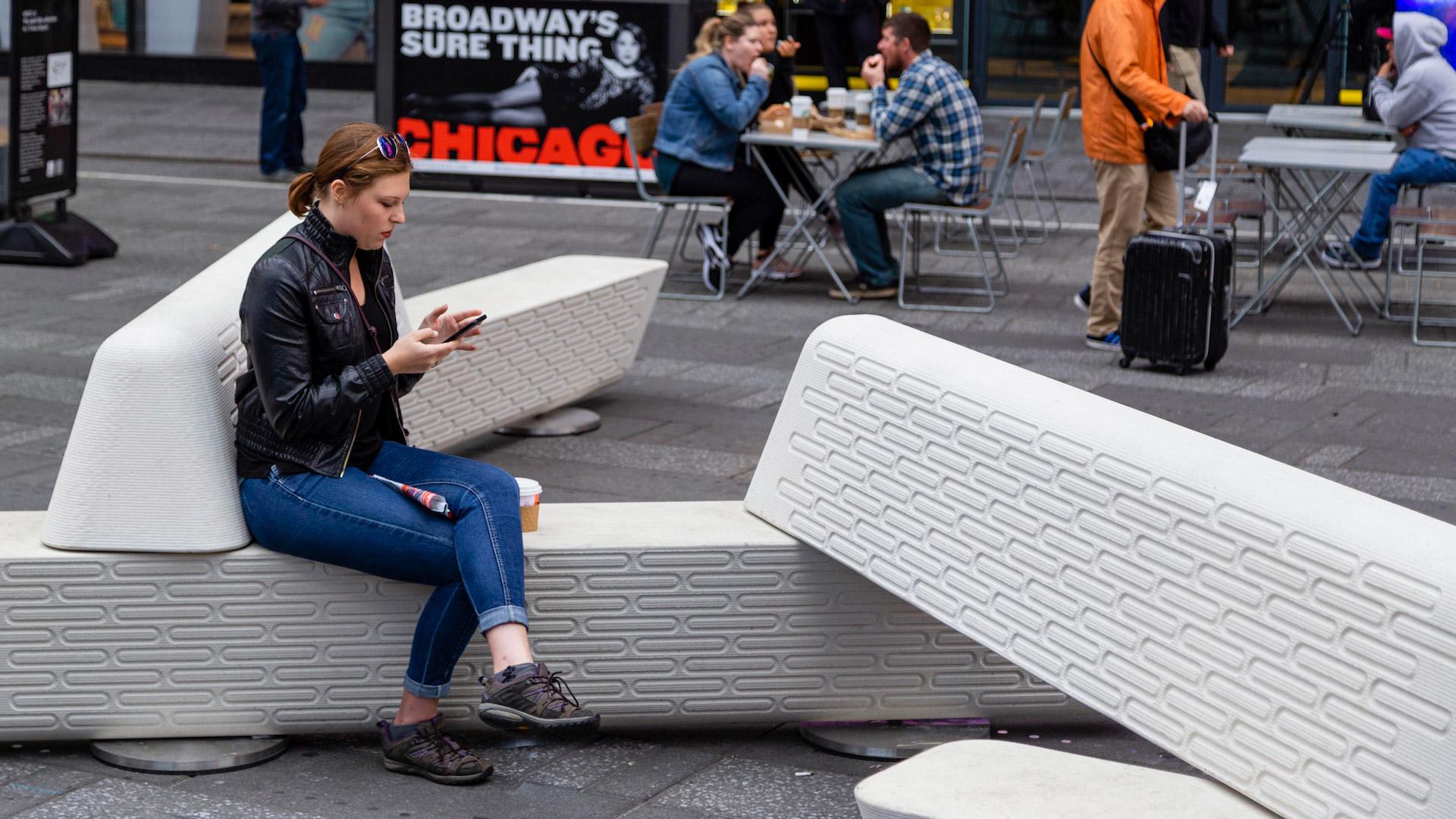 Los originales asientos antiterrorismo en el Times Square de Nueva York