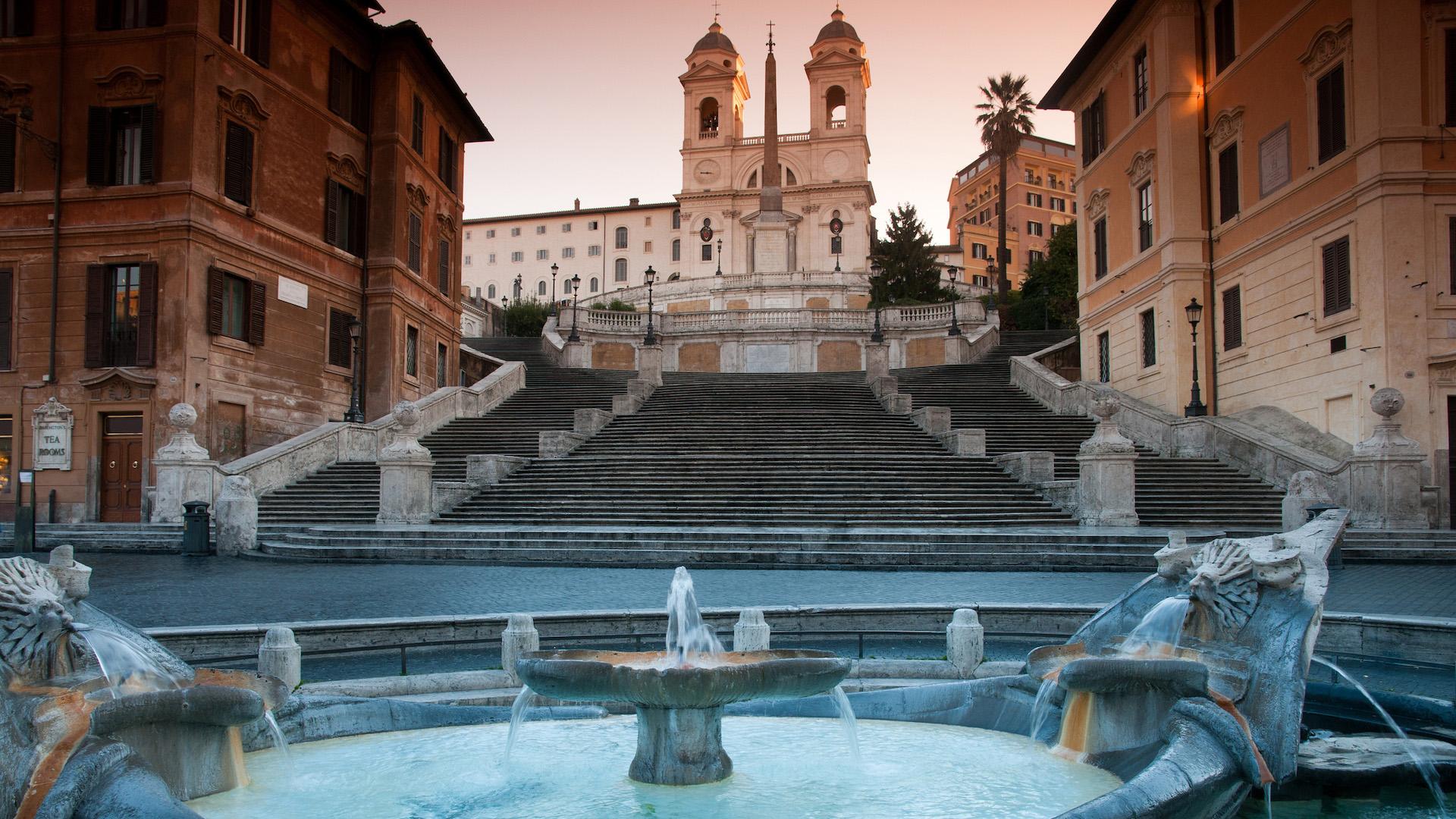 Roma prohibe a los turistas sentarse en las escaleras de la Plaza de España