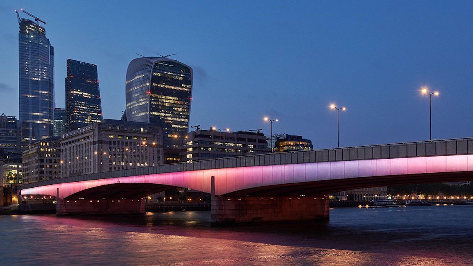 Londres luce más colorida: iluminan los puentes sobre el río Támesis
