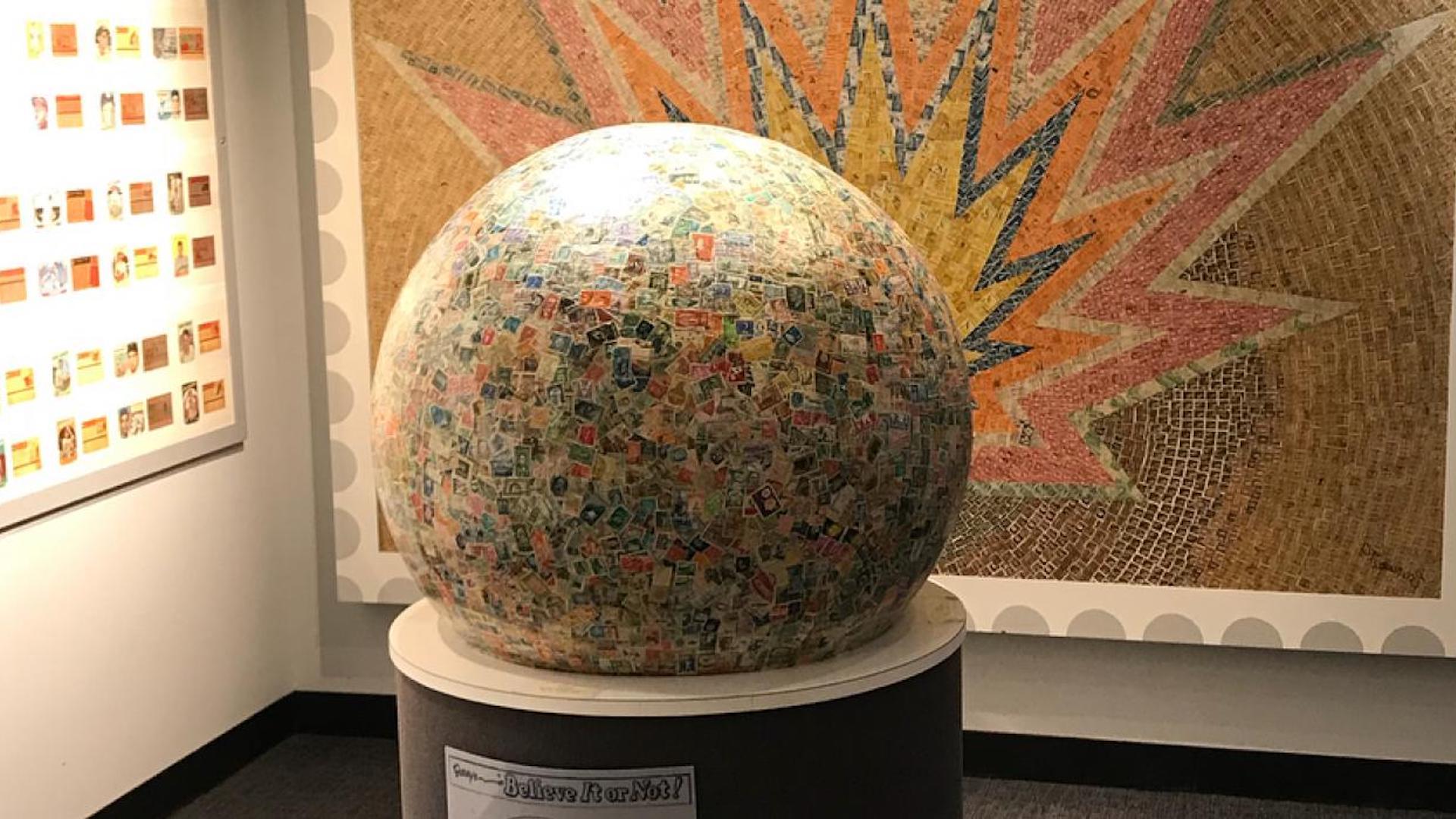 Esta es la bola de estampillas más grande del mundo