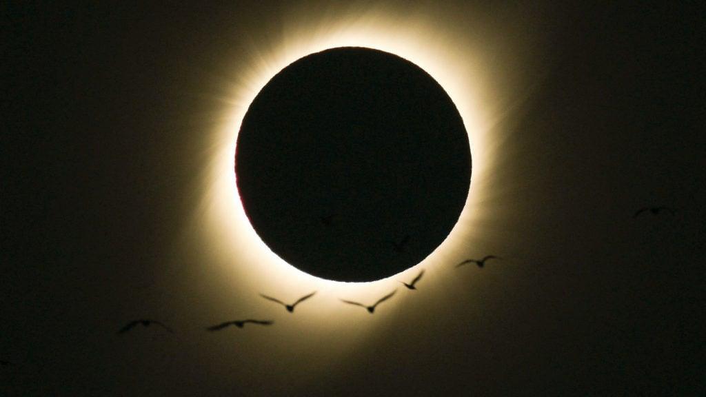 Dónde y cuándo ver el eclipse total de sol 2020