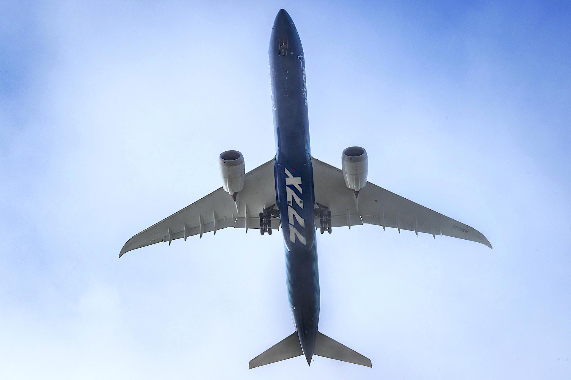 Este es el Boeing 777X con alas plegables: exitoso primer vuelo de prueba