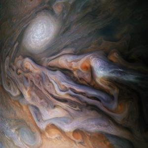 La hermosa imagen de Júpiter con un remolino de nubes