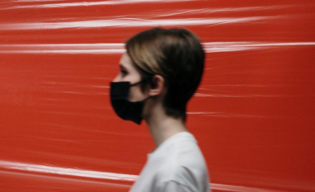 ¿Es correcto usar mascarillas faciales o barbijos? ¿Qué dice la OMS?