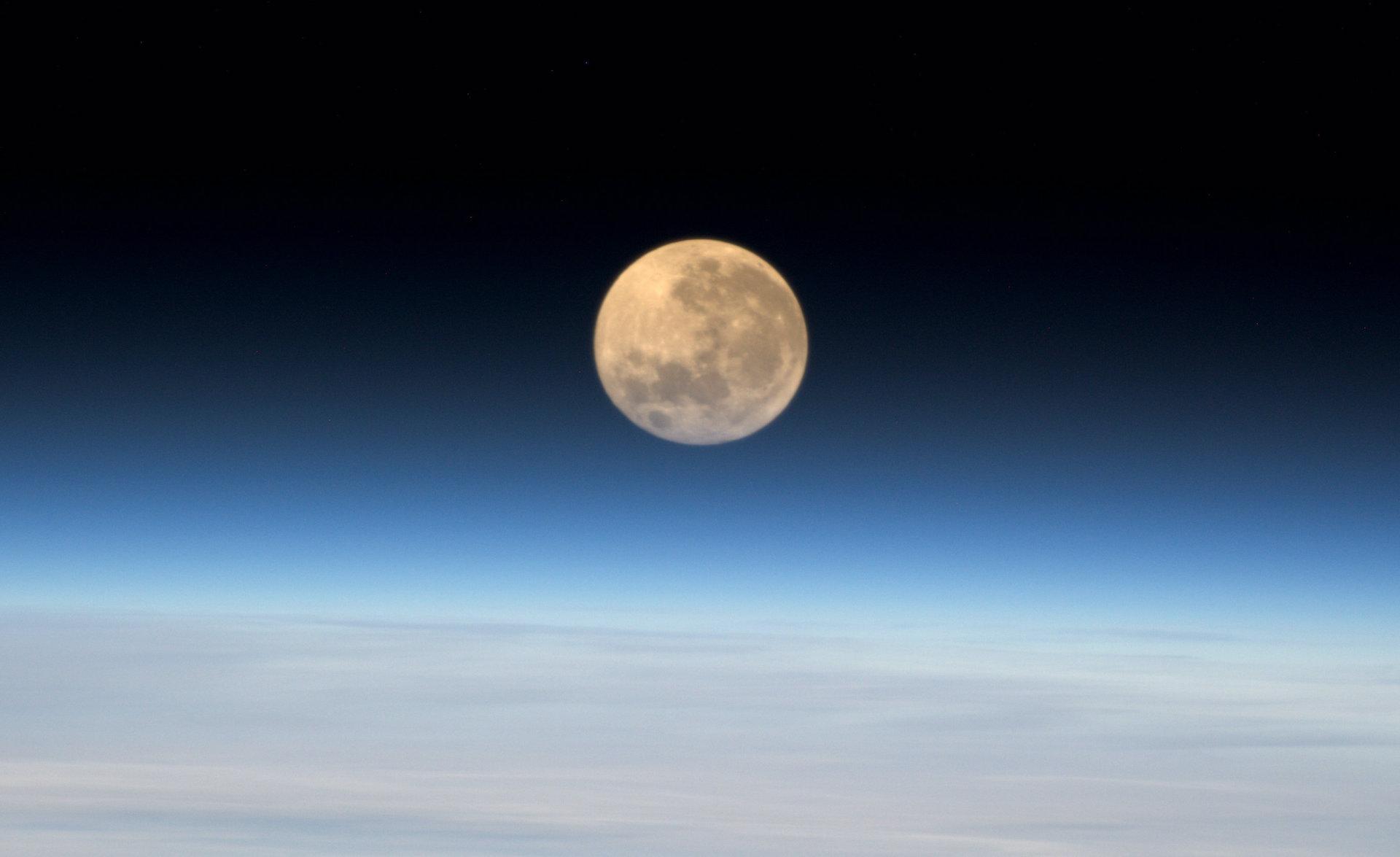 ¿Qué es una superluna y cómo afecta a la Tierra y las mareas?