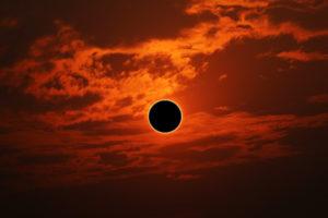 El 21 de junio, el invierno (o verano) inicia con un eclipse de Sol
