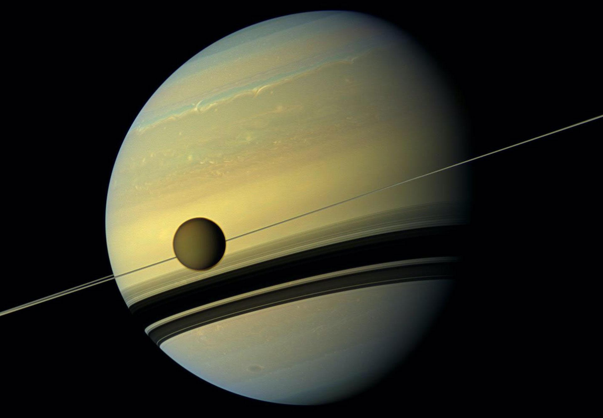 El satélite Titán de Saturno se aleja cada vez más del planeta