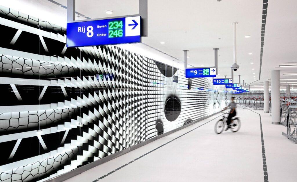 El increíble estacionamiento para bicicletas en los Países Bajos que parece un museo